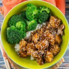 Slow Cooker Honey Sesame Chicken: an easy sweet and spicy chicken recipe made right in your crockpot. {Bunsen Burner Bakery} #slowcooker #crockpot #dinners #glutenfree