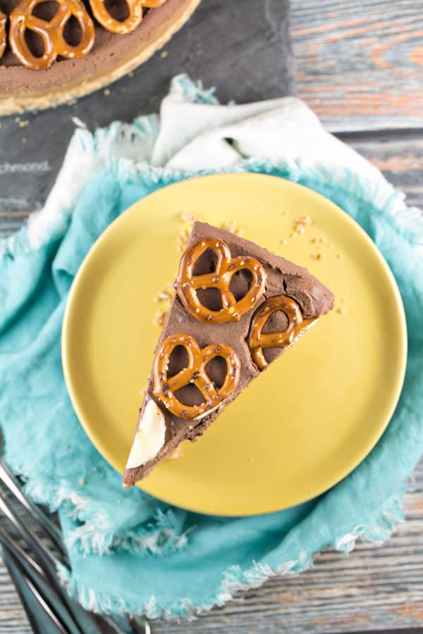Chocolate Peanut Butter Banana Pretzel Pie: the ultimate rich, decadent no-bake dessert. Easy as pie! {Bunsen Burner Bakery} #pie #nobake #chocolatepeanutbutter #pretzelcrust