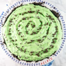 No Bake Mint Chocolate Chip Pie: homemade mint custard on top of a thick layer of chocolate ganache and an oreo crust. This dinner-style cream pie is a mint lovers delight! {Bunsen Burner Bakery} #pie #nobakepies #mintchocolatechip
