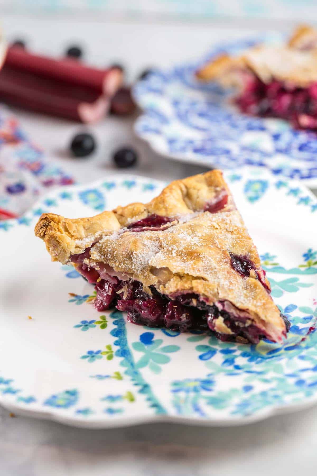 Blueberry Rhuarb Pie: Move over, strawberries - there's a new perfect pairing for rhubarb. Full of juicy blueberries, this bluebarb pie is the perfect summer dessert. {Bunsen Burner Bakery} #pie #rhubarb #blueberry #bluebarb