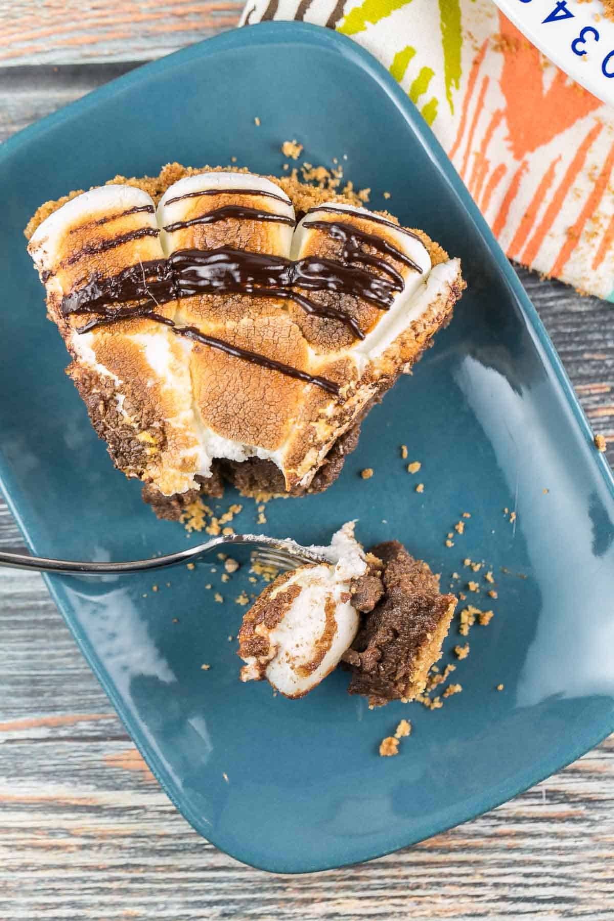 S'mores Pie: Bring the campfire inside with a decadent pie made with a crispy graham cracker crust, thick layer of milk chocolate filling, and toasted marshmallows on top. {Bunsen Burner Bakery} #pie #smores #smorespie #marshmallows