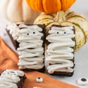 Easy Mummy Brownies: Step by step instructions (with video!) on how to make mummy brownies, perfect for Halloween. Spooky and delicious!